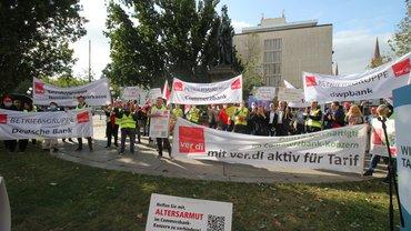 Kundgebung auf dem Kaiser-Friedrich-Platz in Wiesbaden